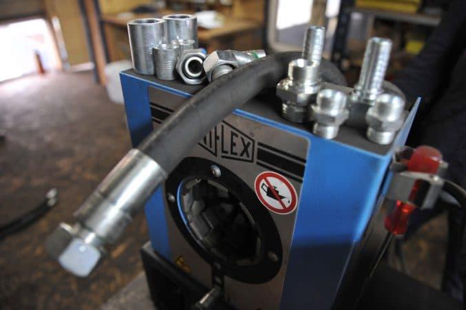Zakuwanie przewodów hydraulicznych